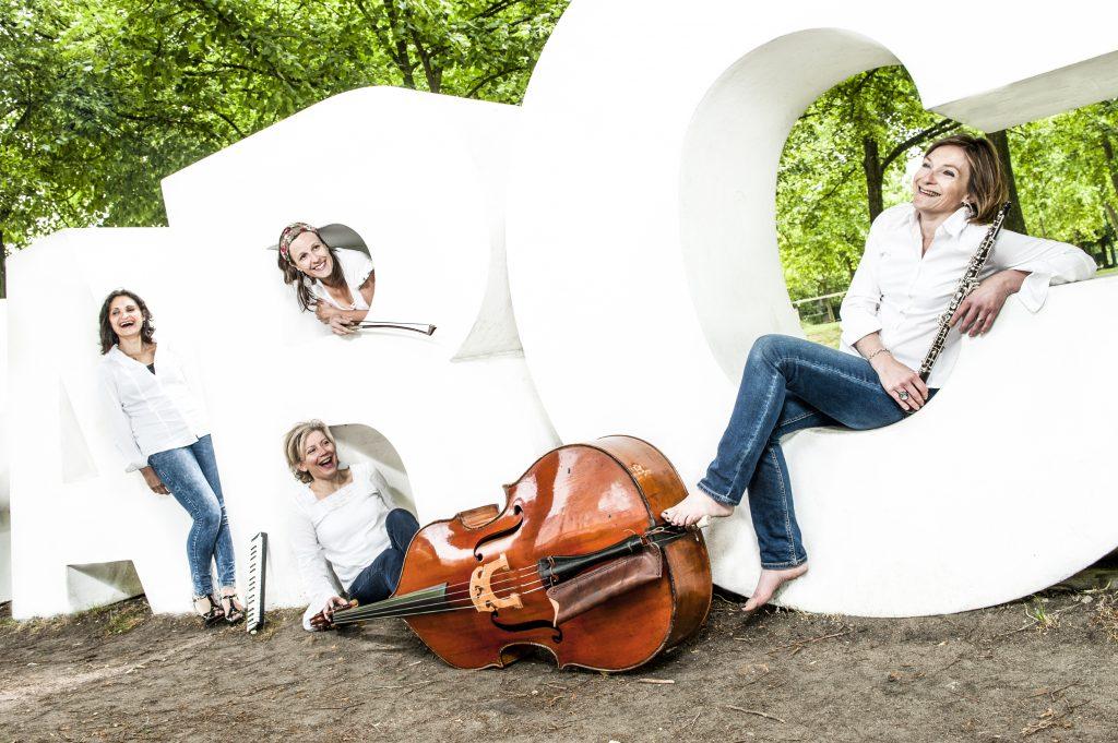 Les artistes au Festival Musique à la Ferme : ABC d'Airs et son metteur en scéne Gérard Rauber.